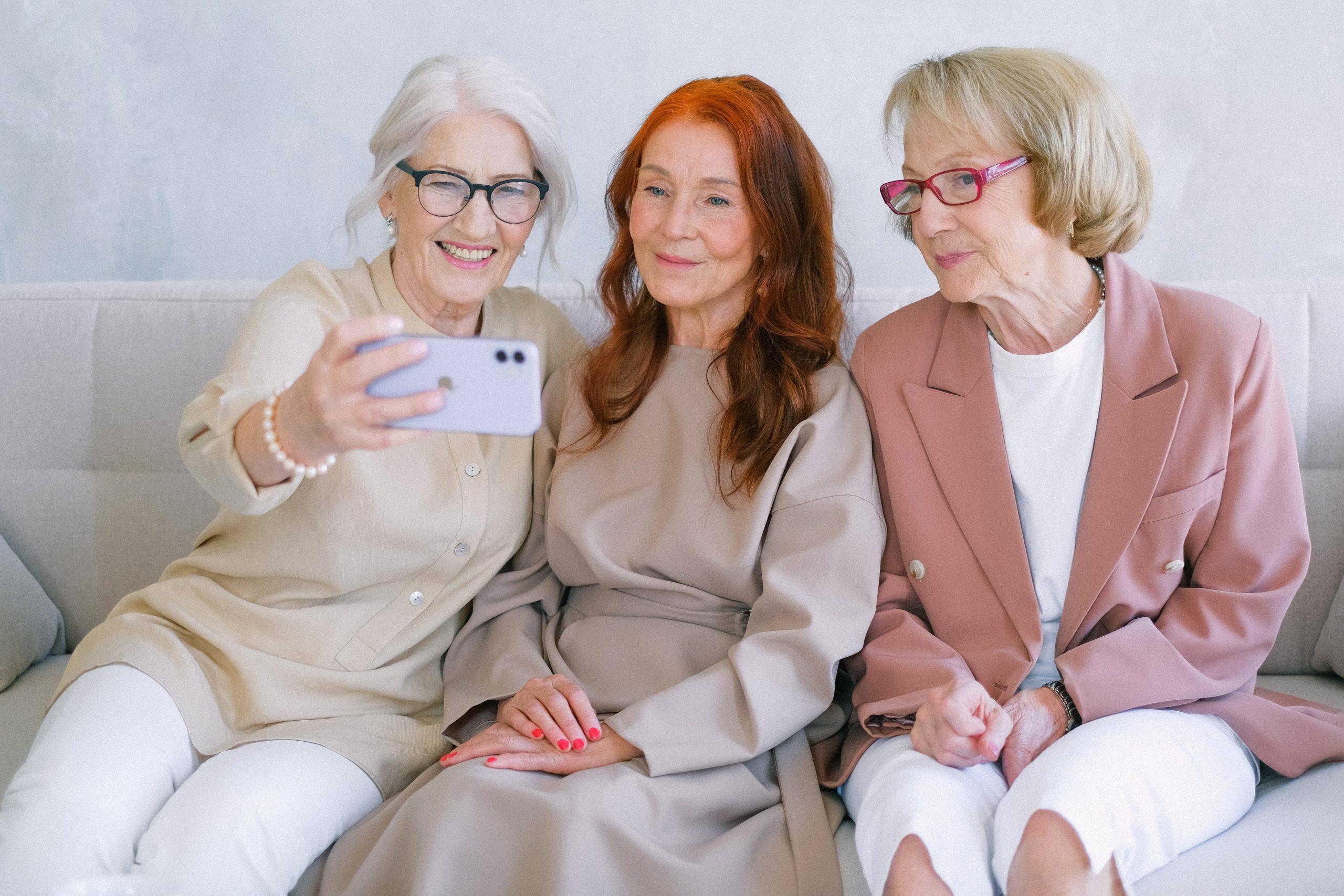 Tres mujeres mayores tomando una selfie