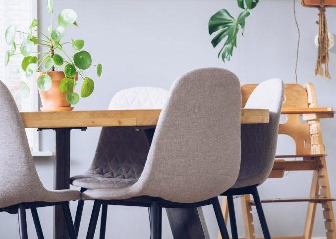 mesa con sillas modernas