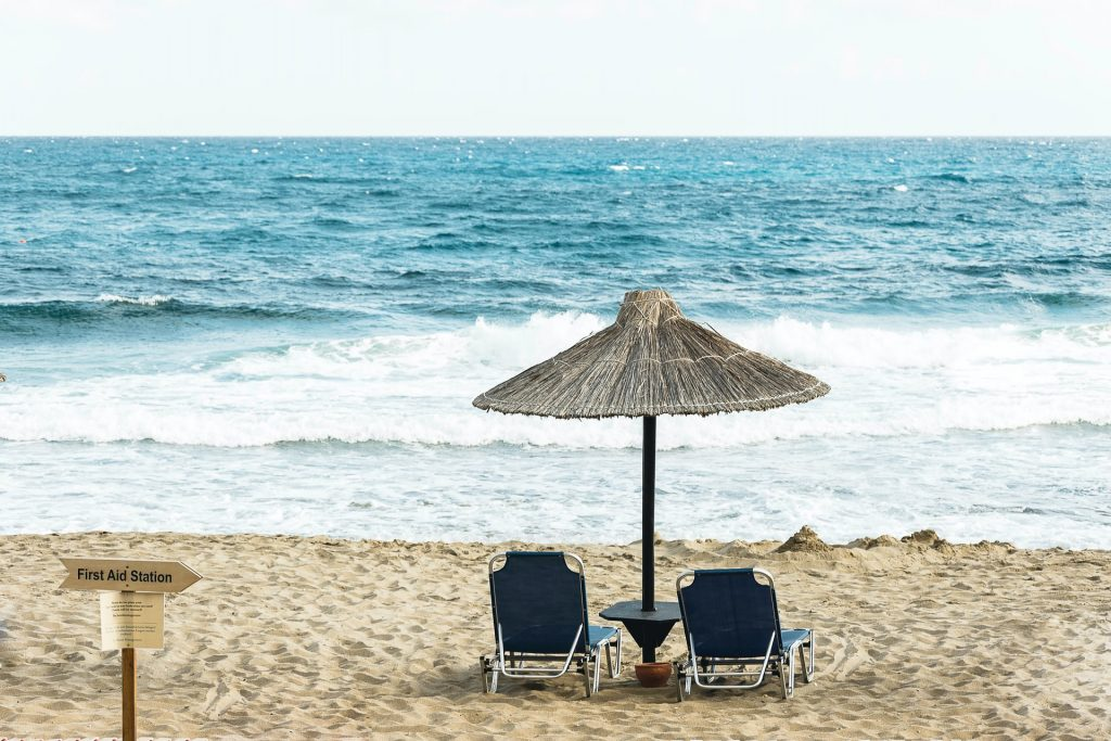 Dos tumbonas frente a la playa