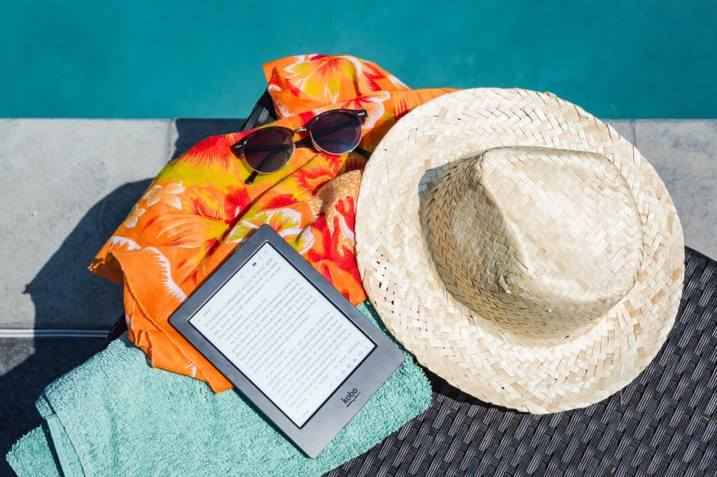 Accesorios de playa junto a piscina
