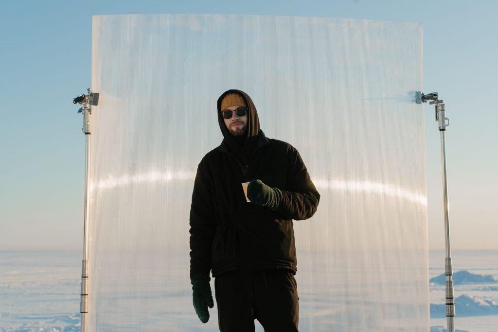 Hombre en clima frio con gafas de sol polarizadas