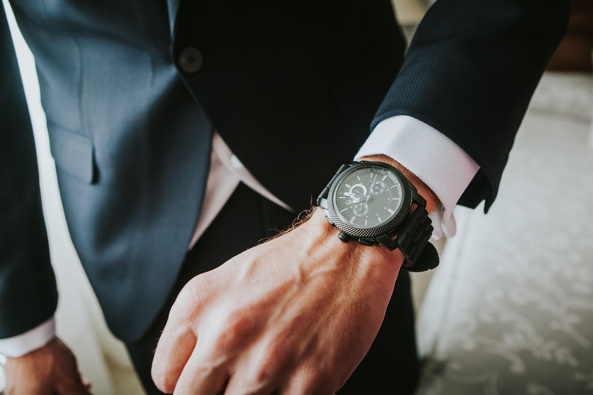 Reloj de lujo nueva marca en una muñeca de hombre