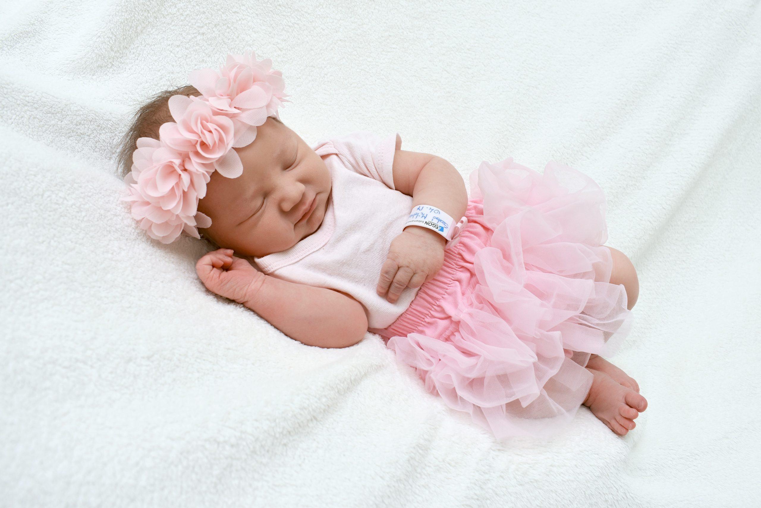Bebé recién nacida con disfraz