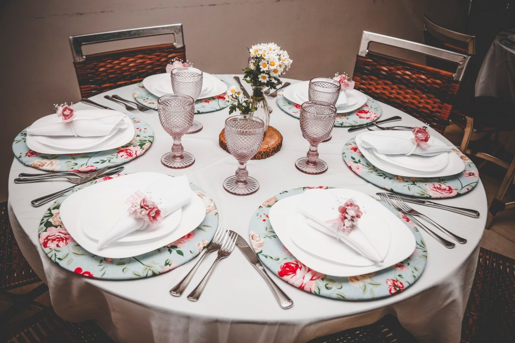 Los individuales pueden ser de diferentes formas, adaptándose a la mesa y el estilo que se desea conseguir.