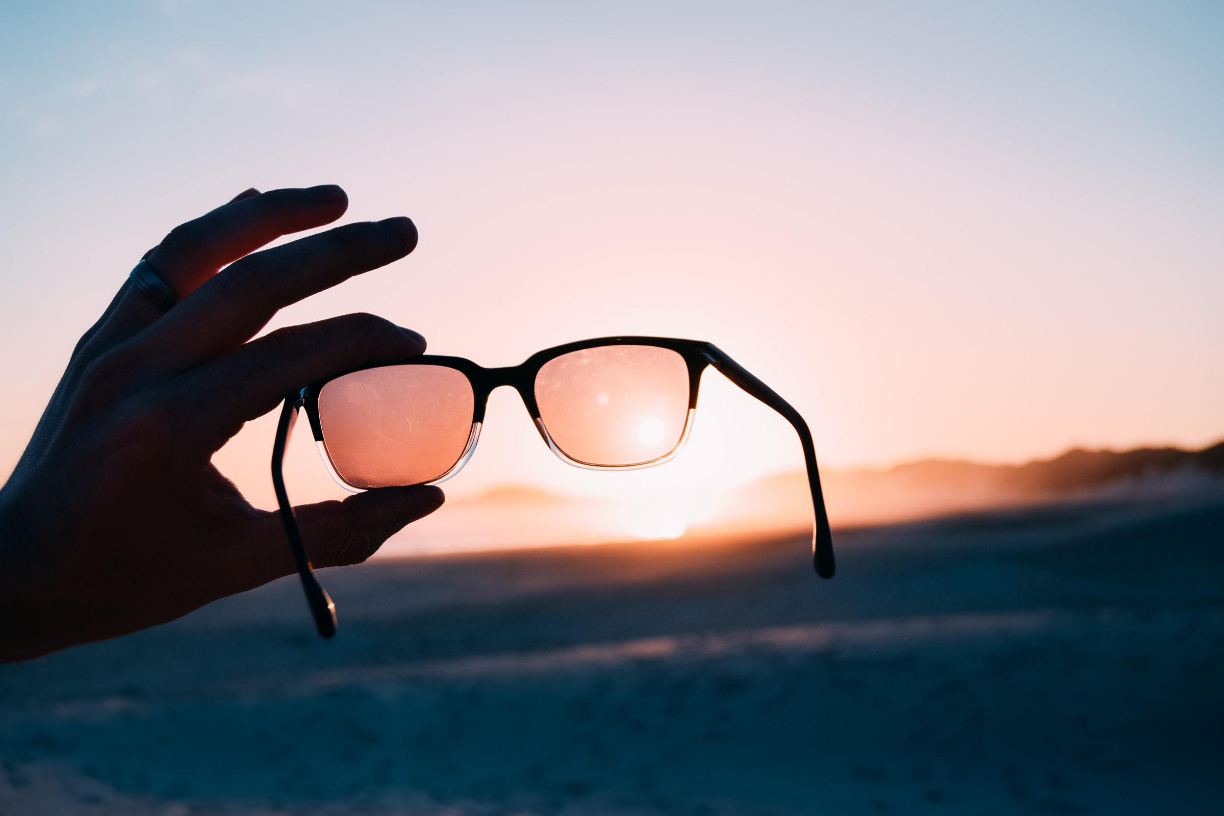 Mano sosteniendo gafas de zul