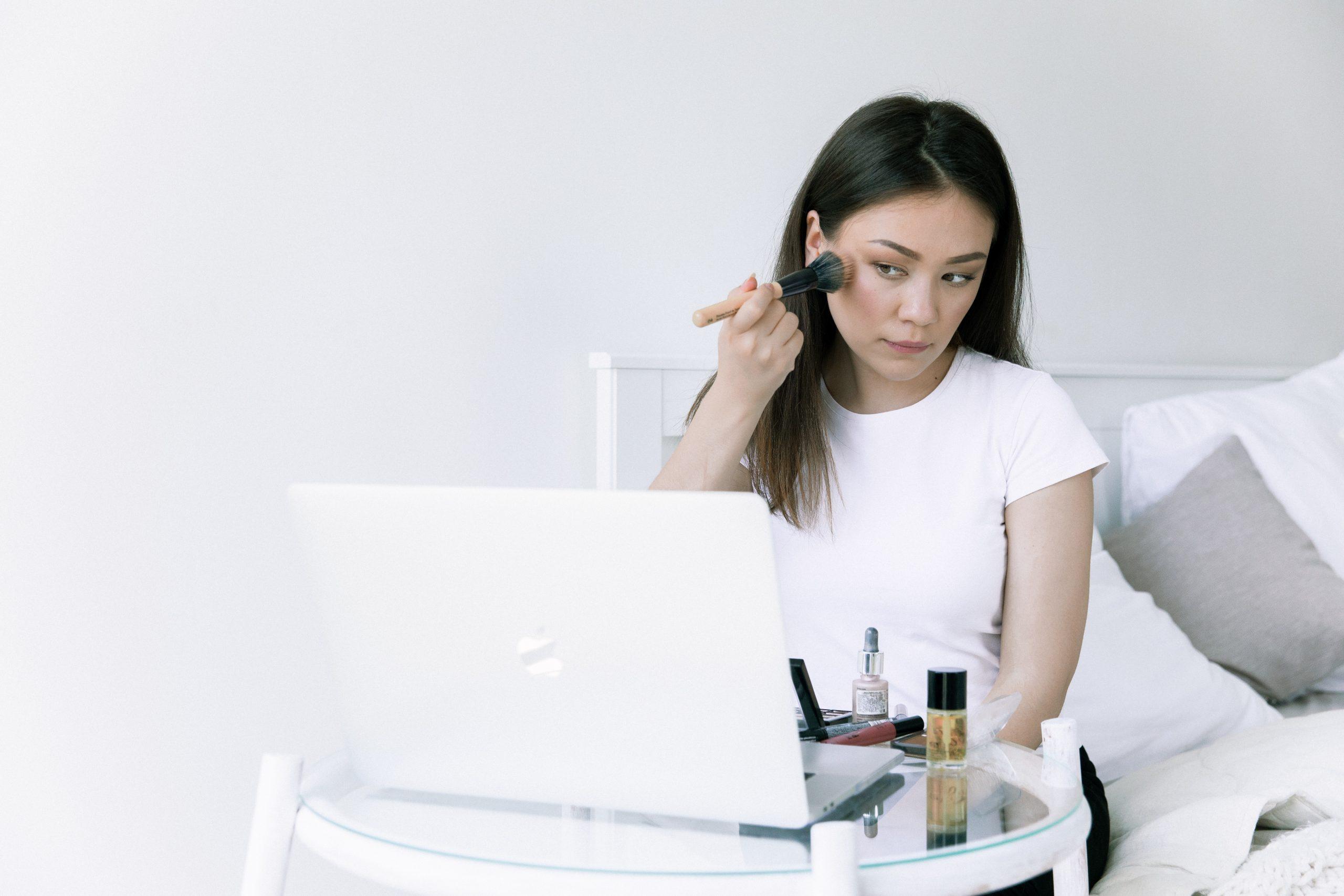 Mujer asiática maquillandose