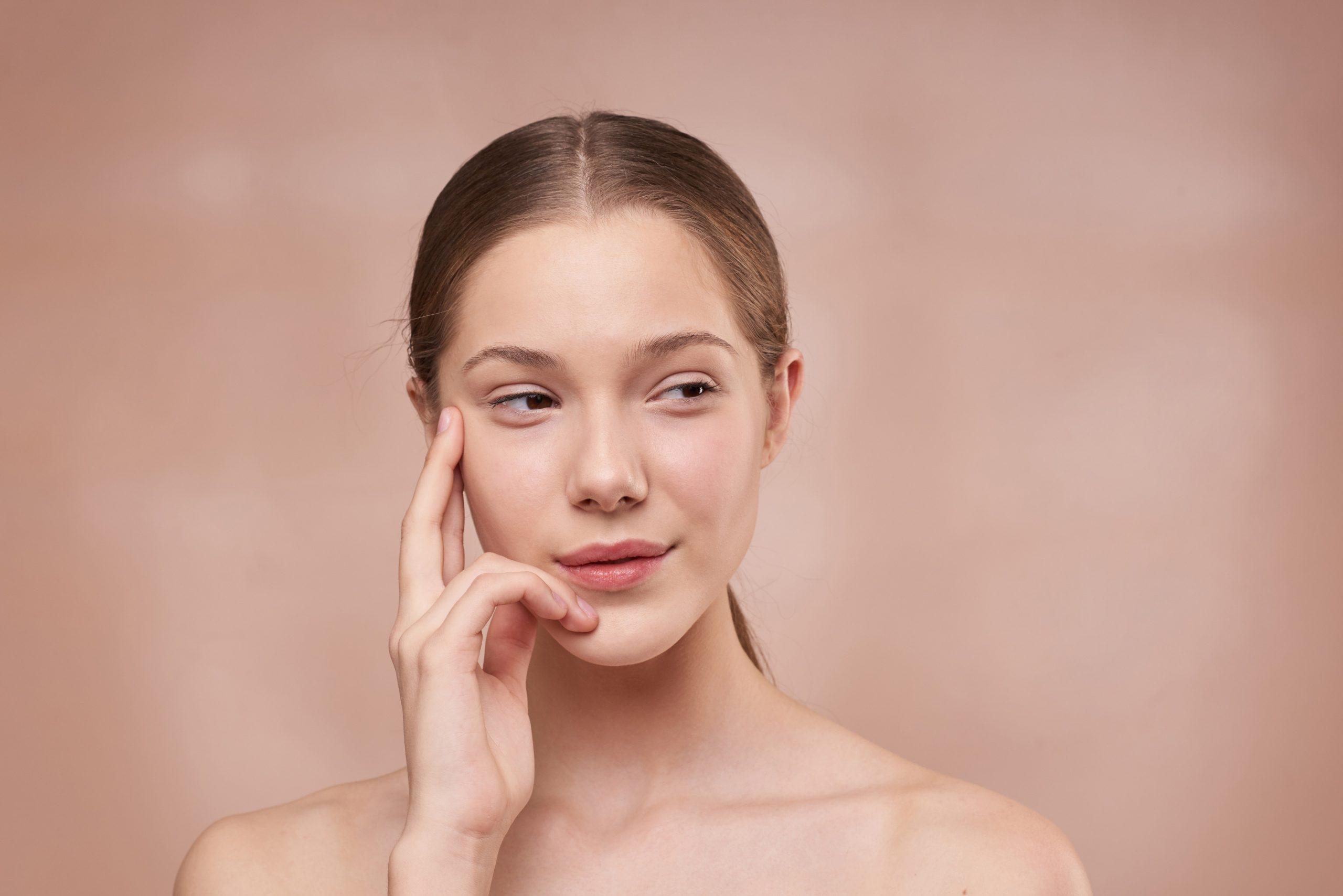 Utiliza cremas que incluyan prebióticos para mejorar tu piel sensible.