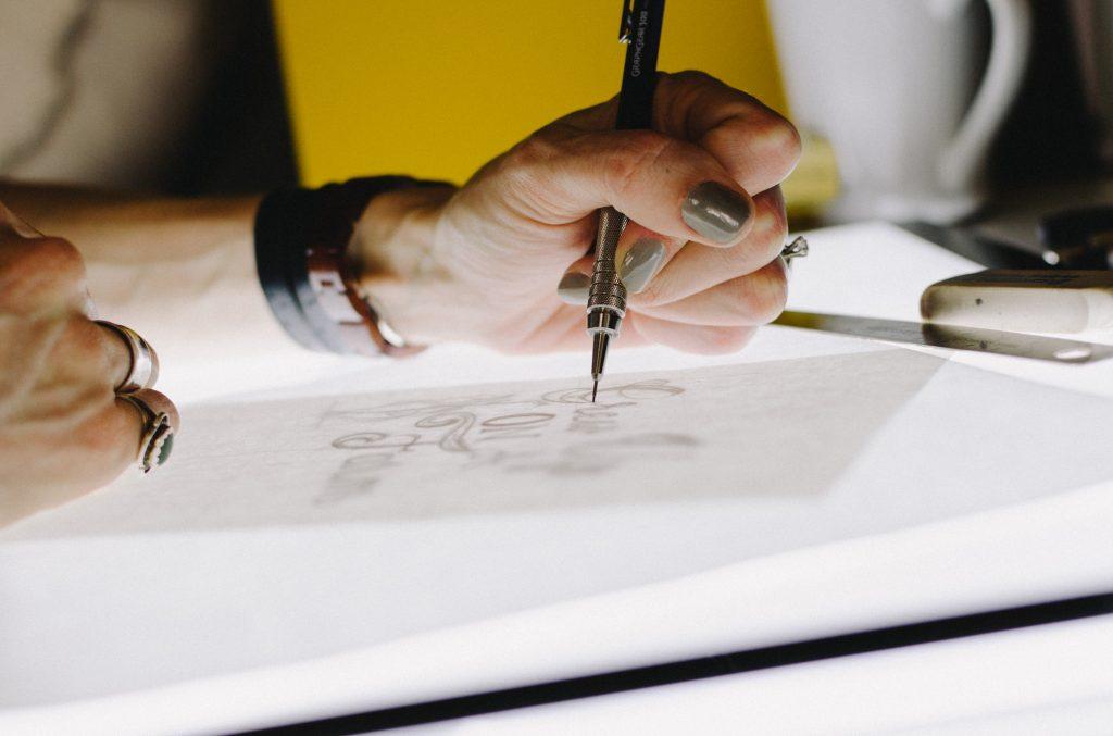 Persona dibujando en tablet