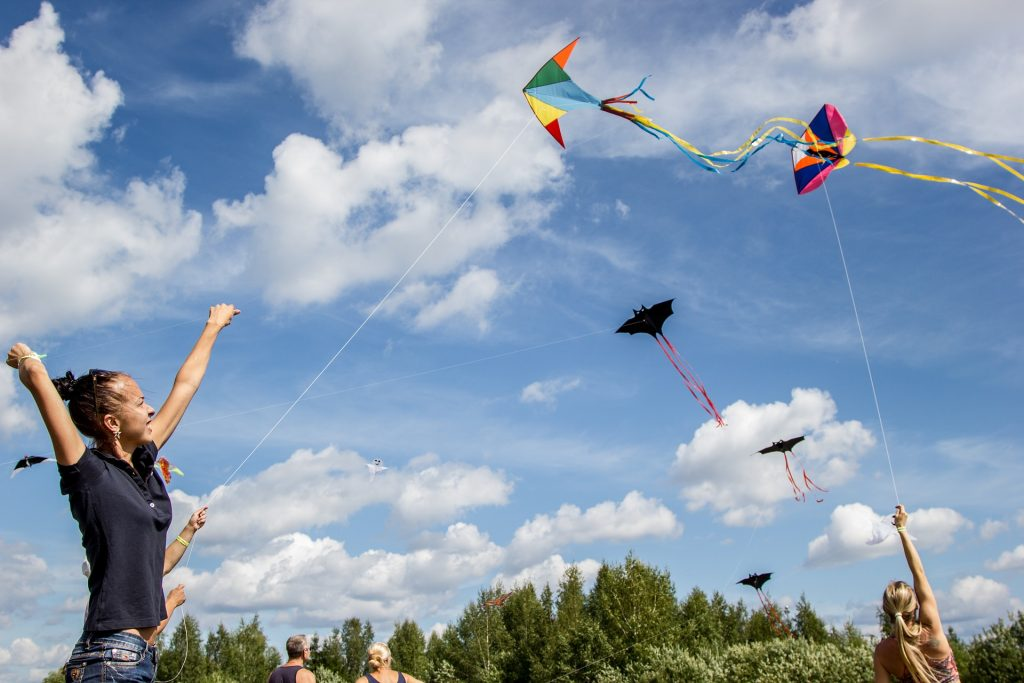 Las cometas acrobáticas están diseñadas para que un piloto pueda maniobrarlas por el aire mediante movimientos precisos de sus brazos y manos.