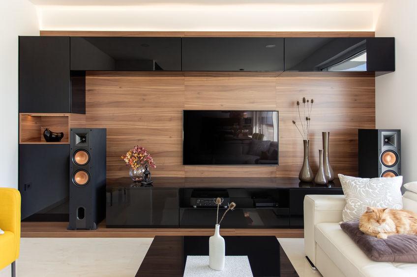 sala con barra de sonido