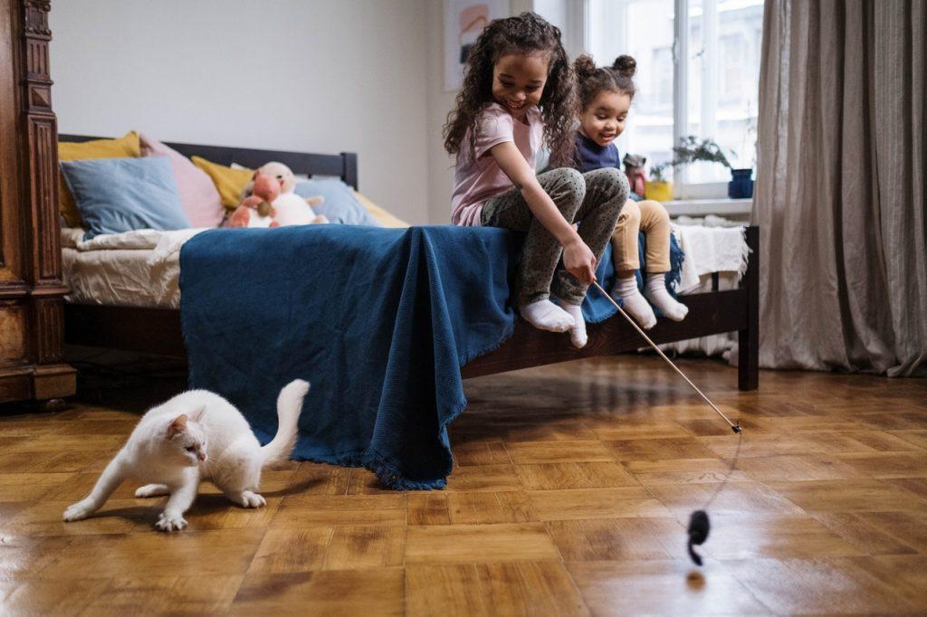 Niñas jugando con la mascota