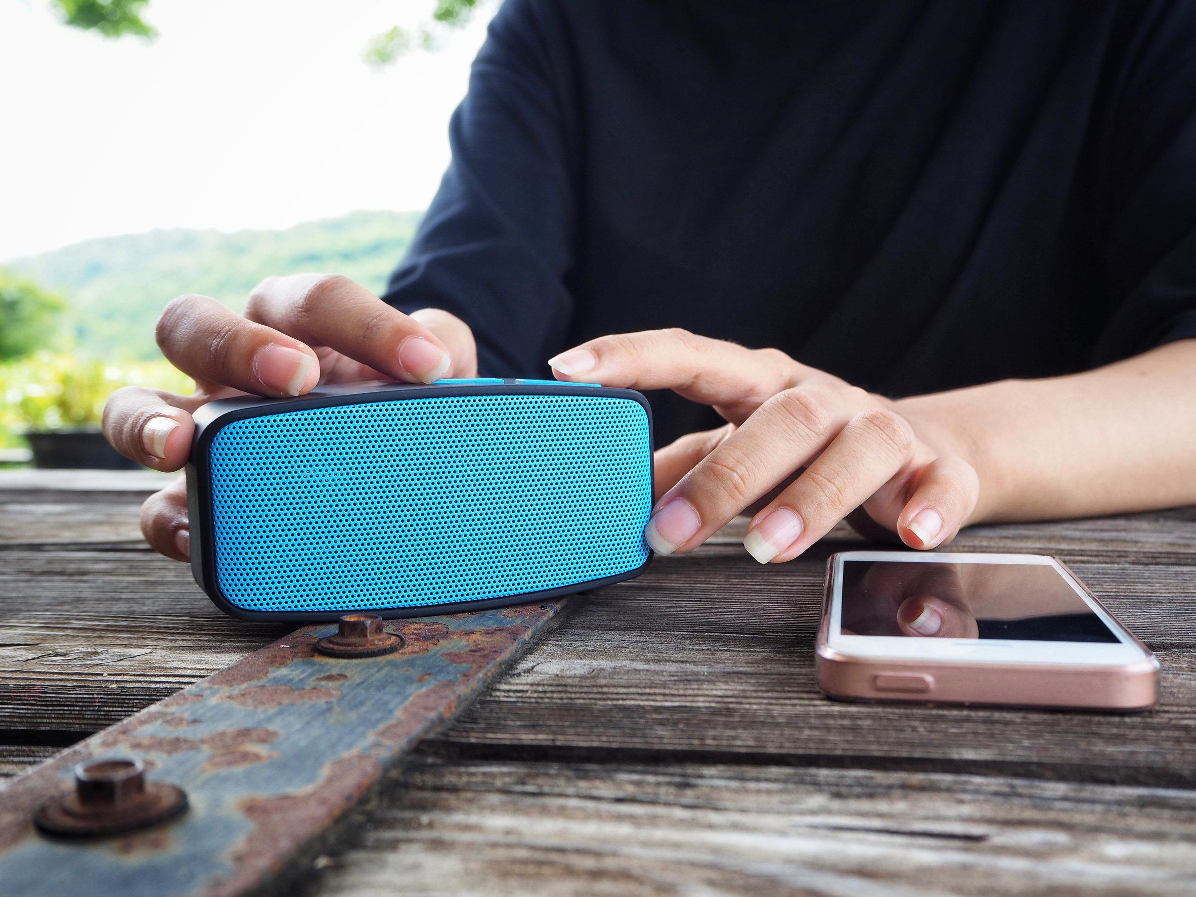 Persona con speaker bluetooth