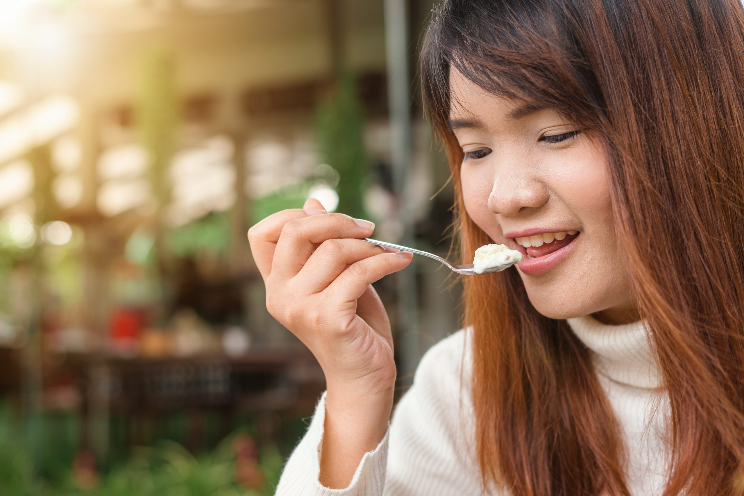 chica comiendo yogurt