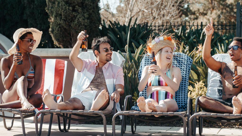 amigos en una piscina