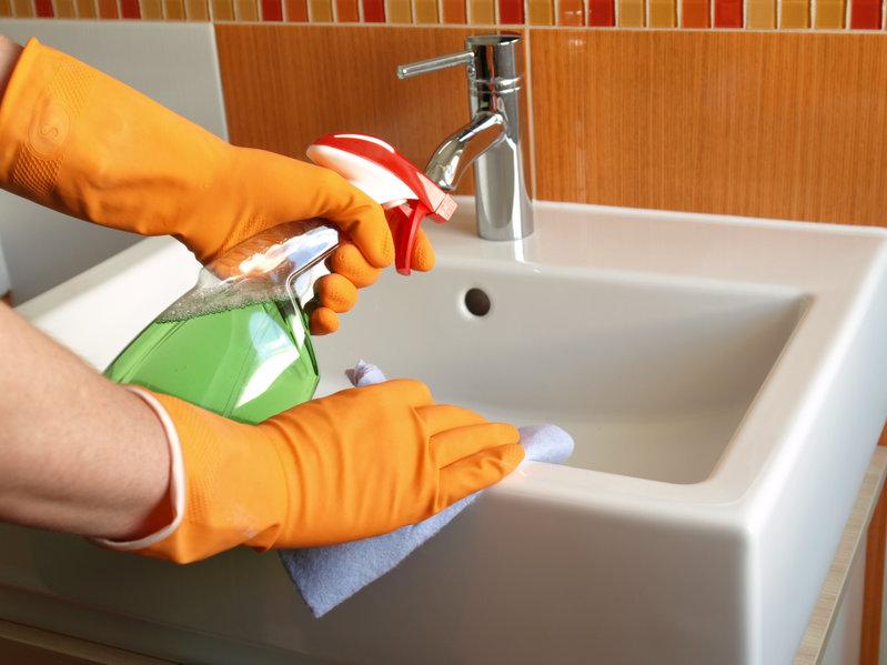 Limpieza en el lavamanos