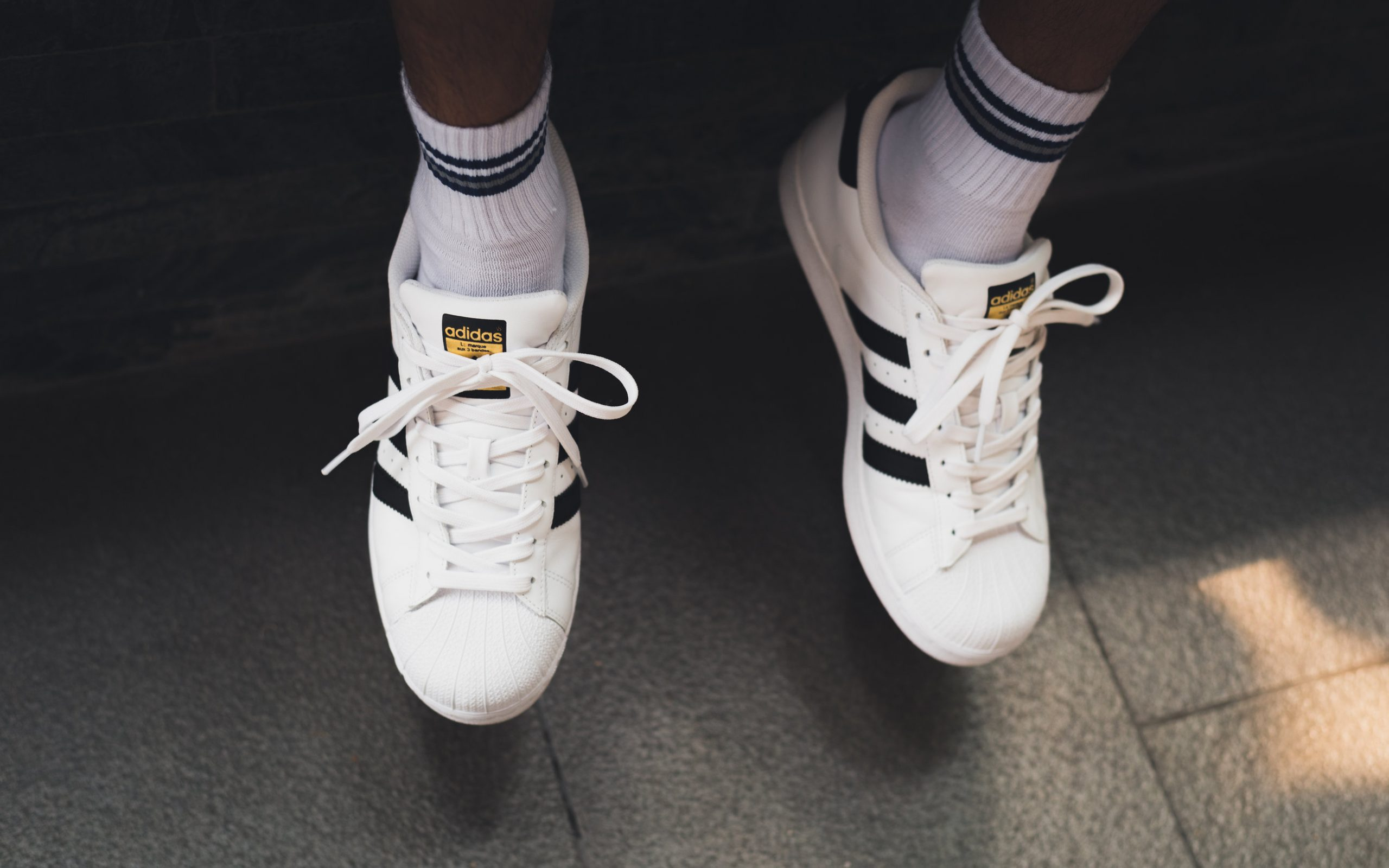 Persona usando calcetines adidas