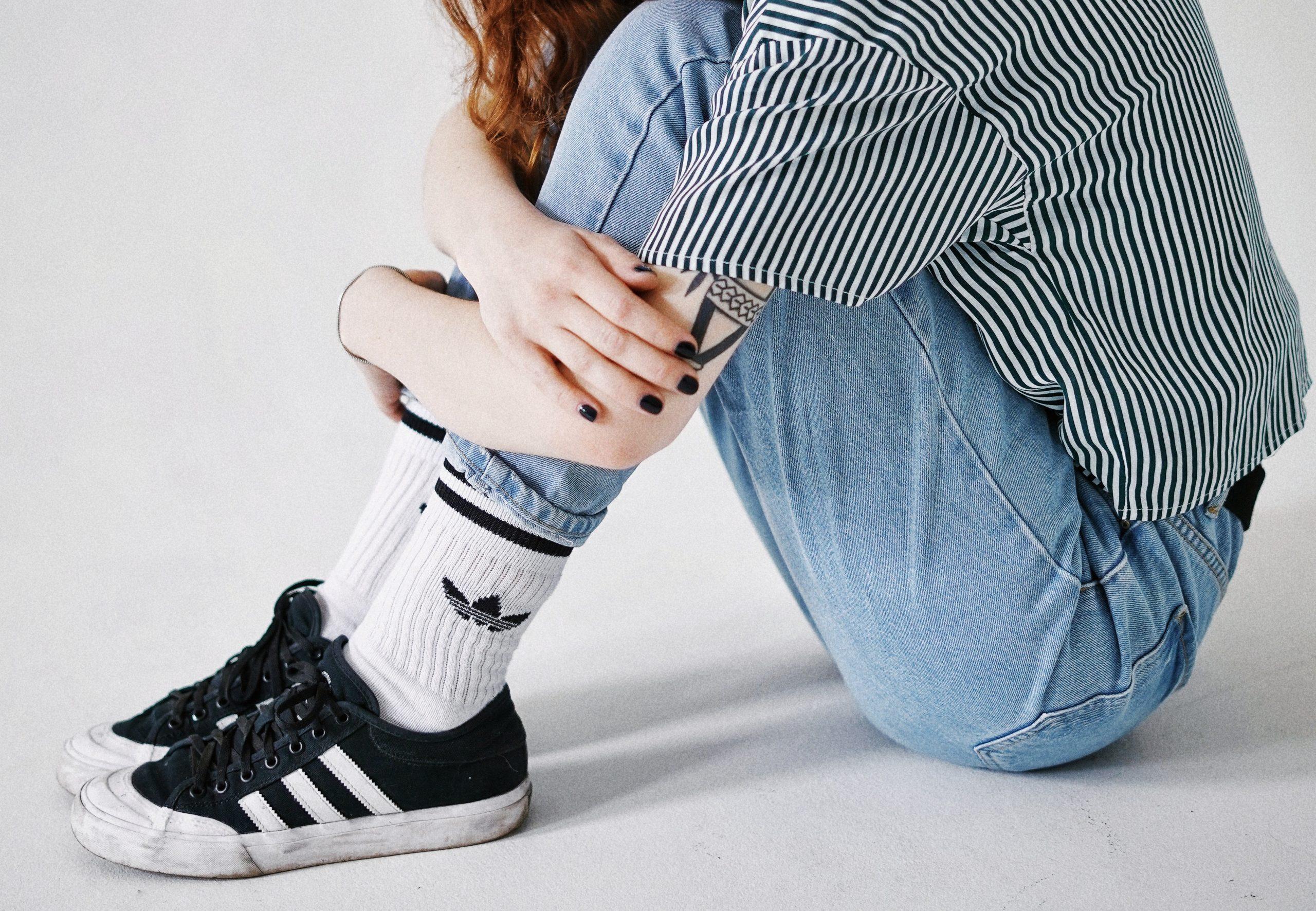 Chica usando calcetines adidas