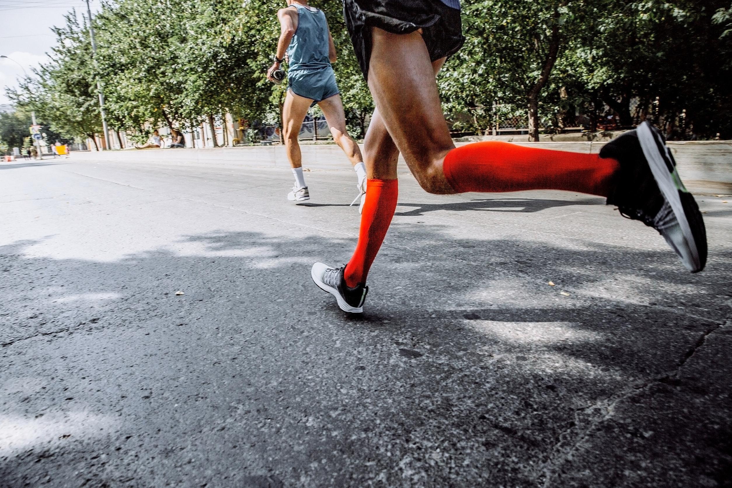 Persona corriendo usando calcetines deportivos