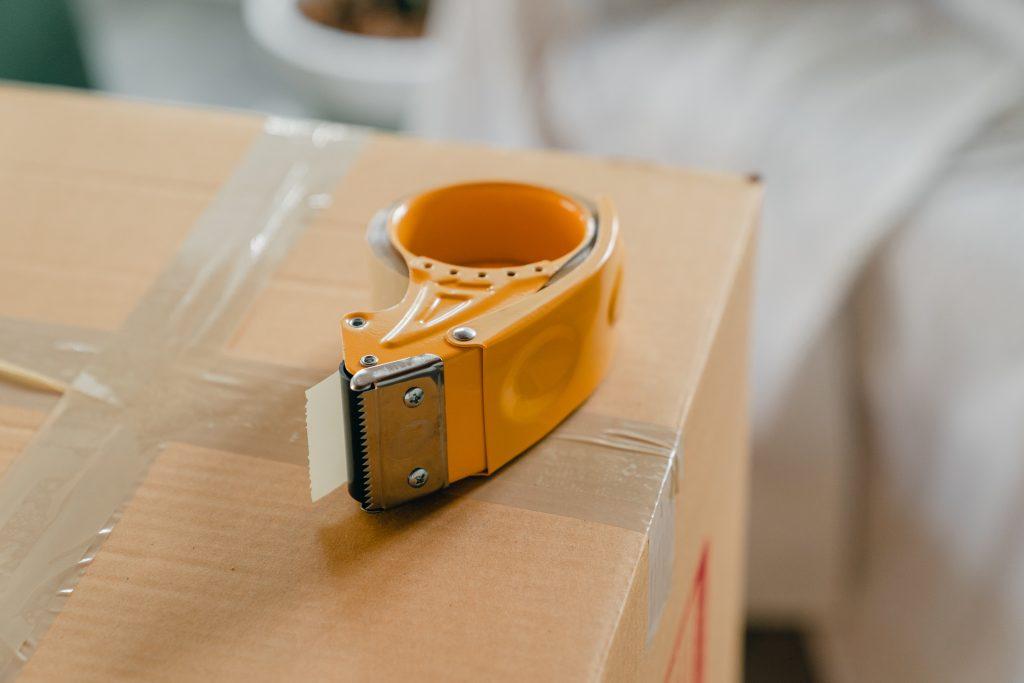 Sellando cajas con cinta adhesiva