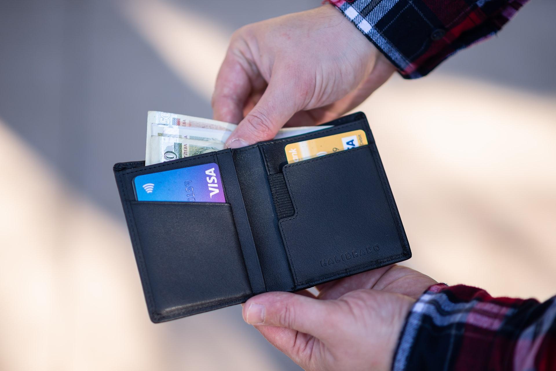 Hombre mostrando su cartera