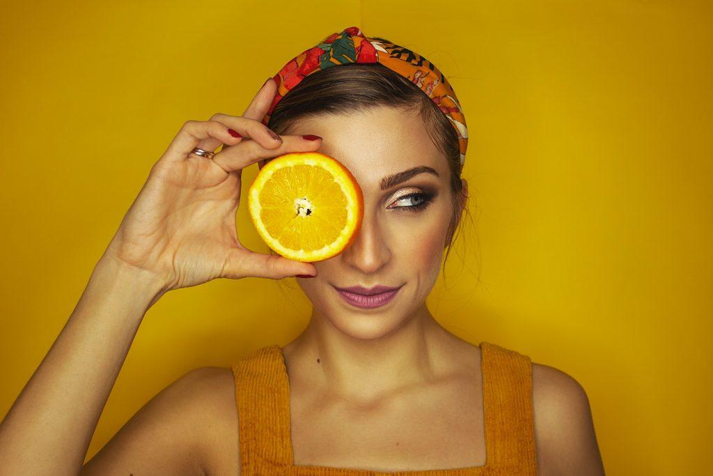 chica con naranja