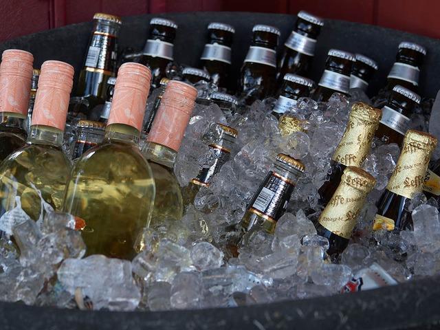 Botellas y botellines metidos en hielo