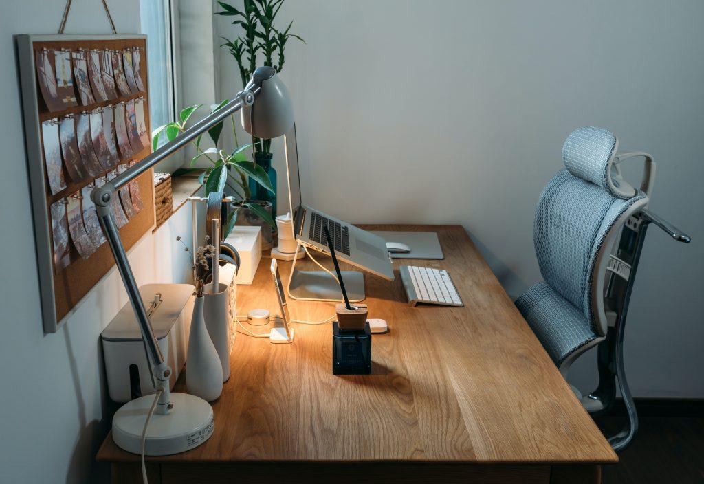 Lámpara en el escritorio