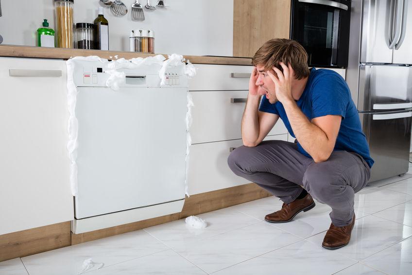 chico con lavavajilla