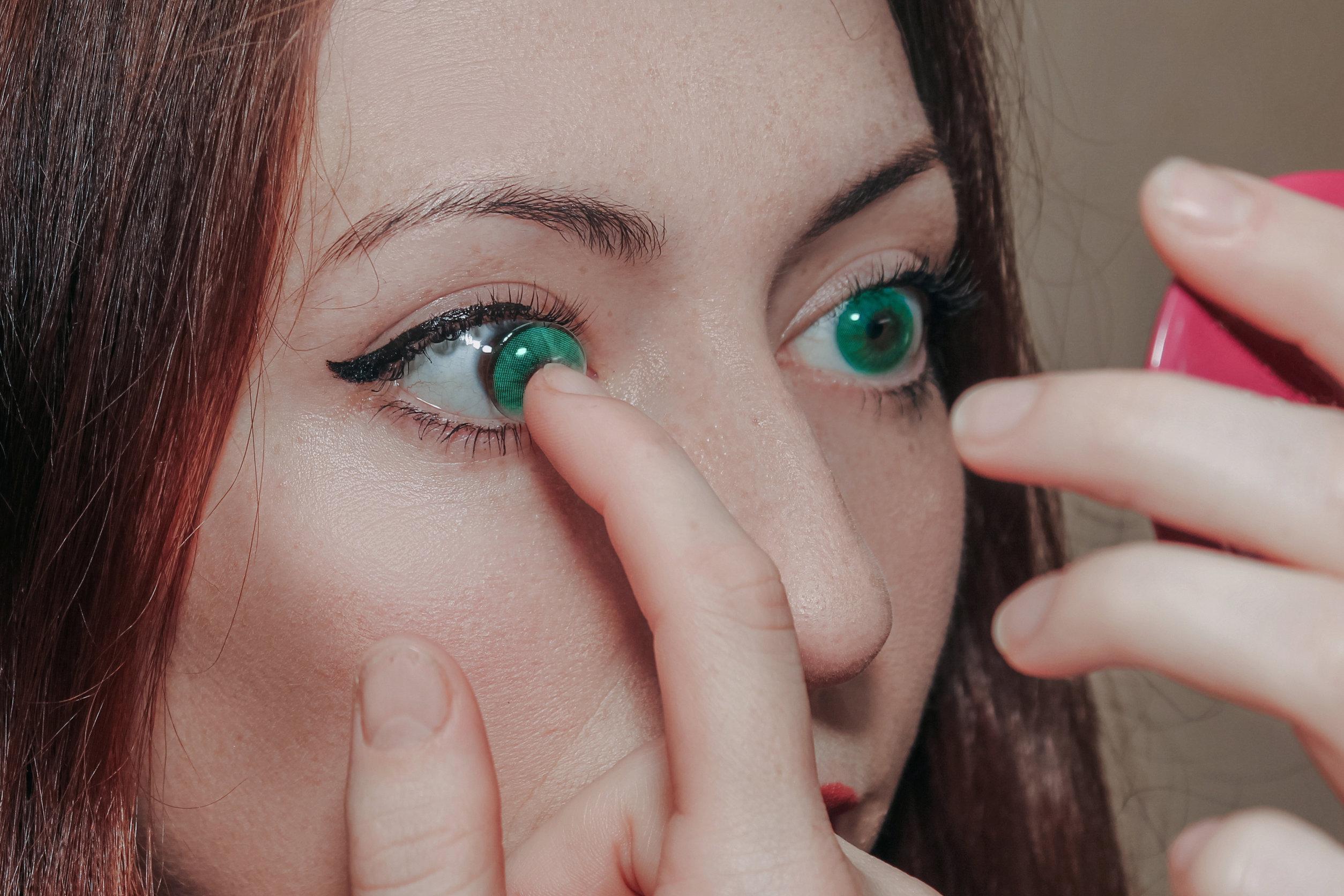 chica con lentes de colores para cambiar el color de ojos