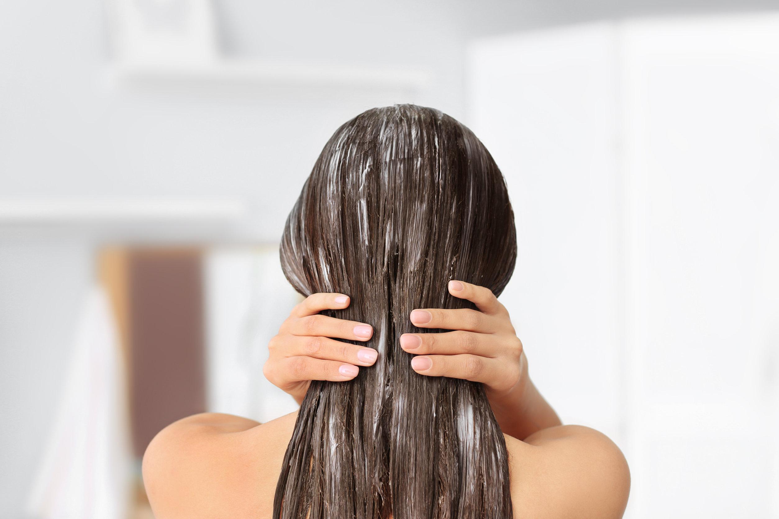 Mujer joven con máscara en el pelo, en el interior