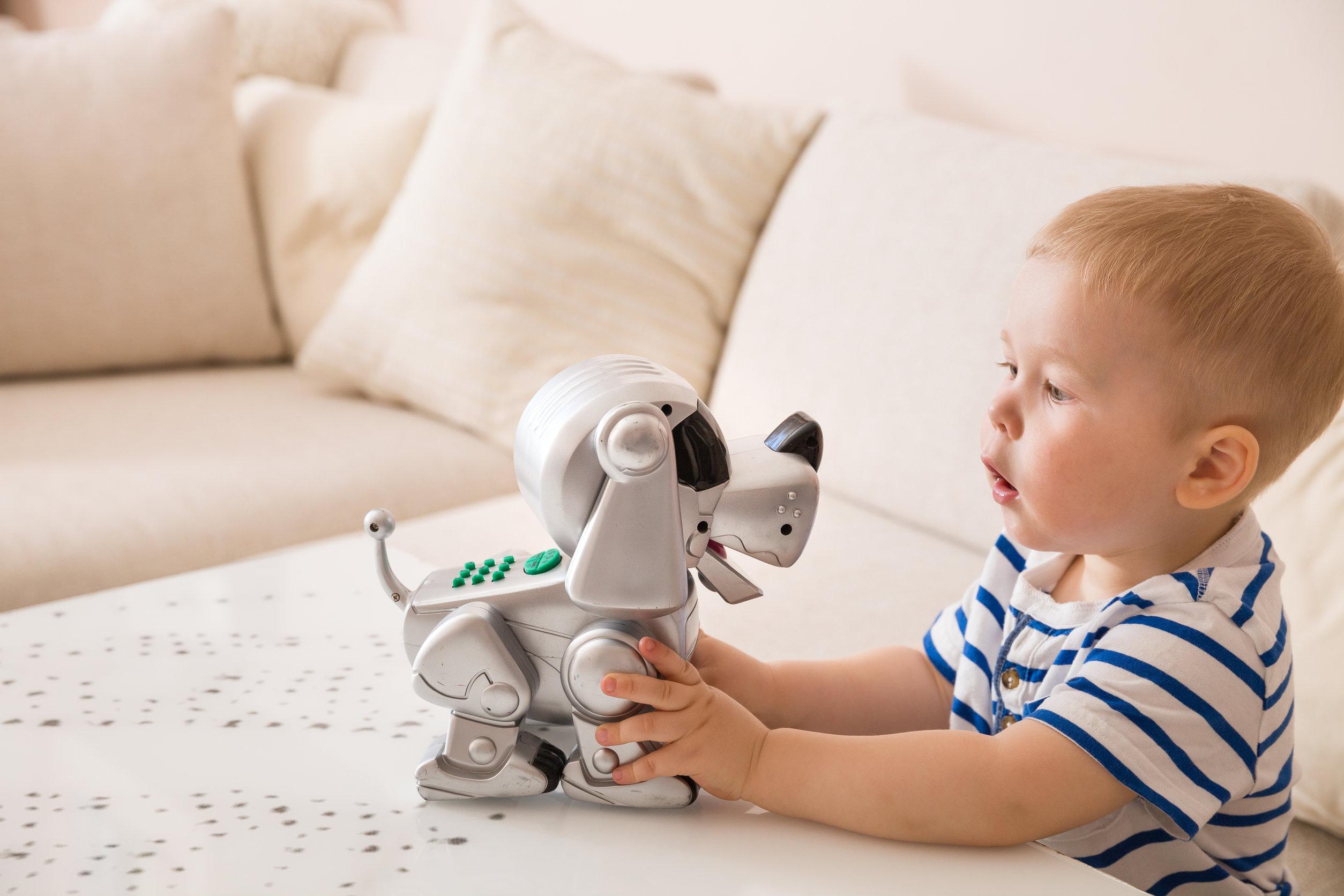 Adorable niño pequeño jugando con juguetes interactivos.
