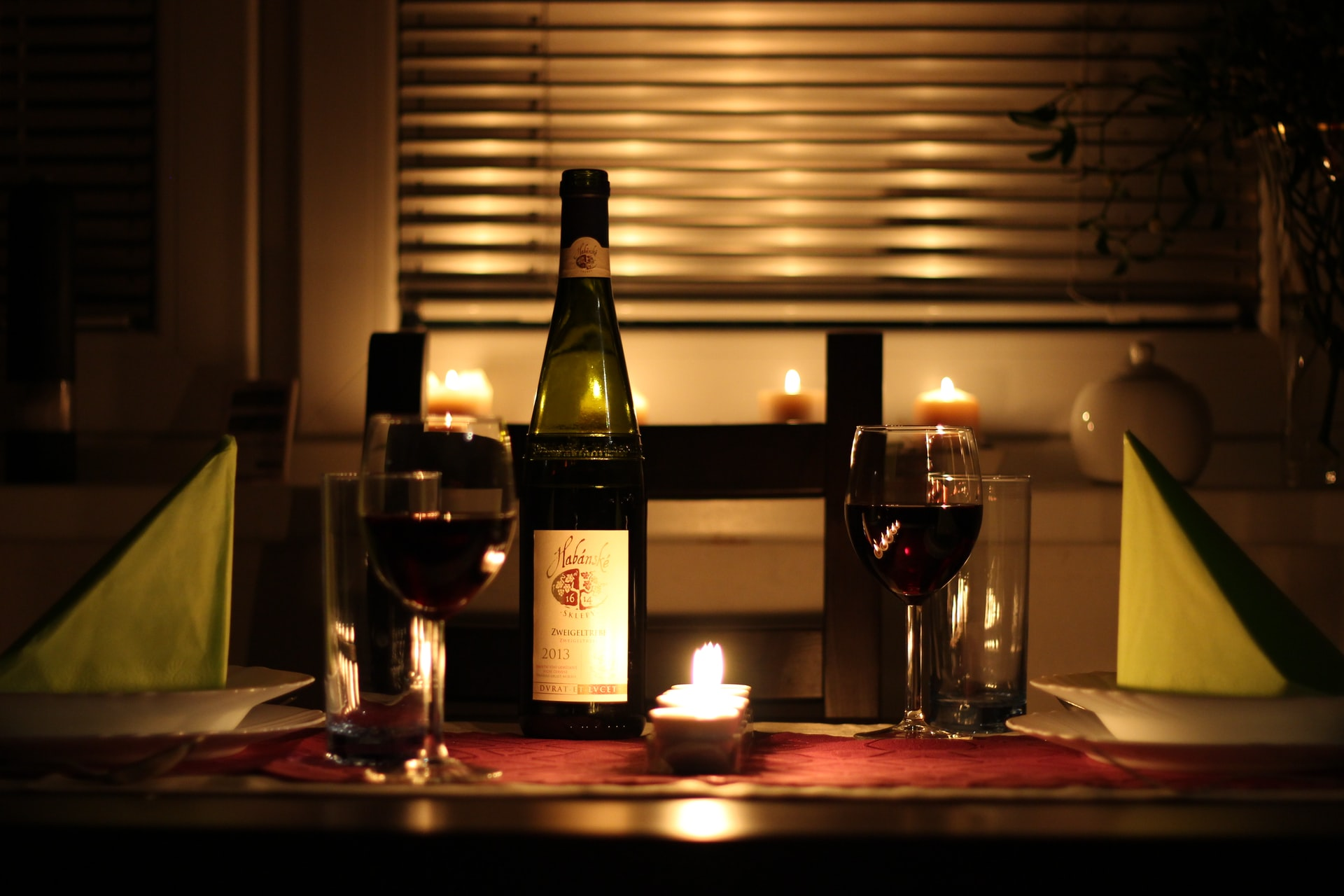 cena con lamparas