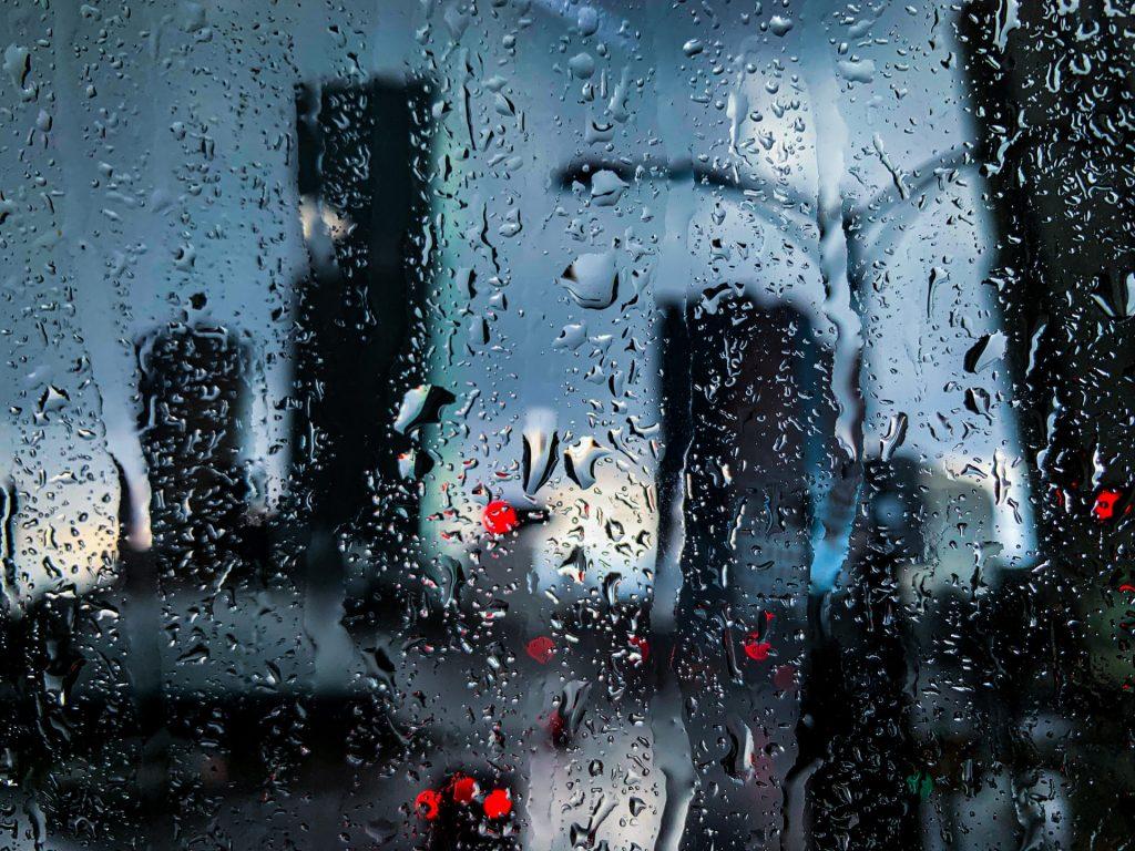 Cristal empañado por gotas de lluvia.