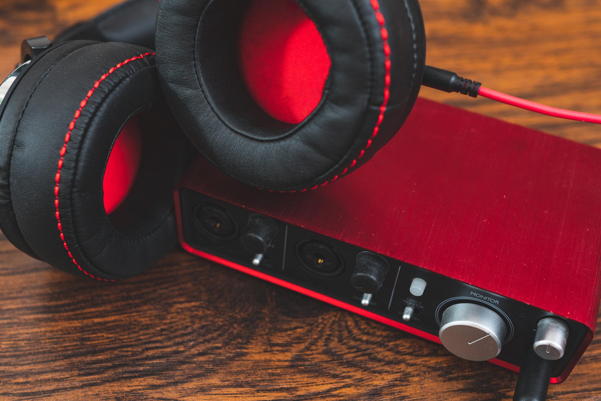 Trjeta de sonido roja con headset