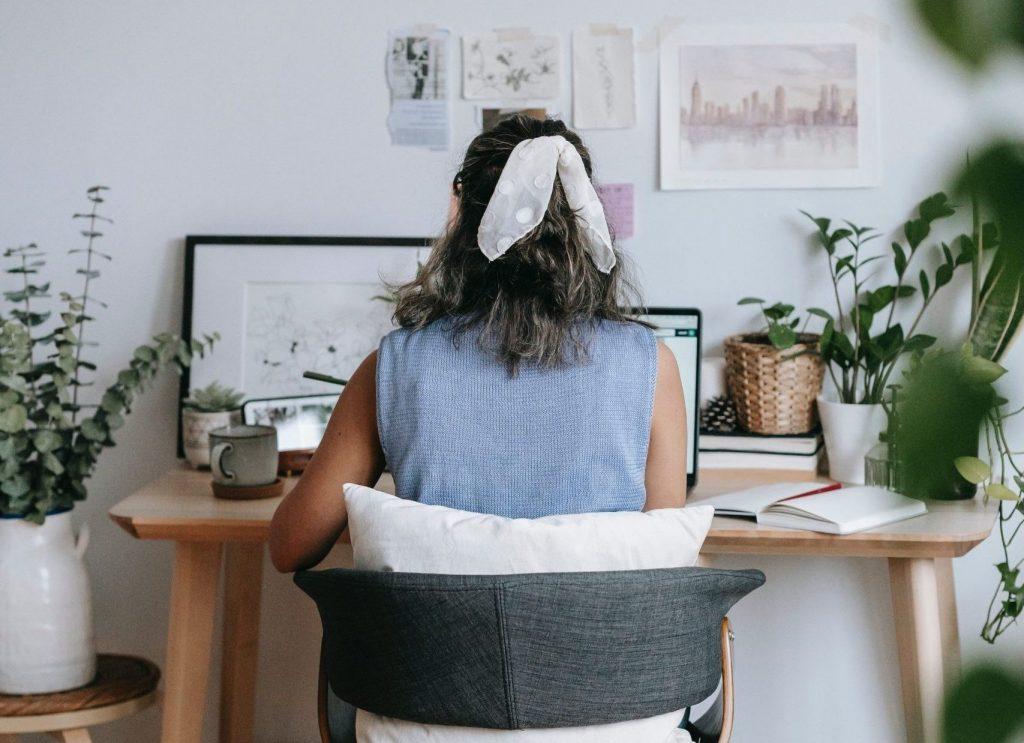 Mujer trabajando en una habitación.