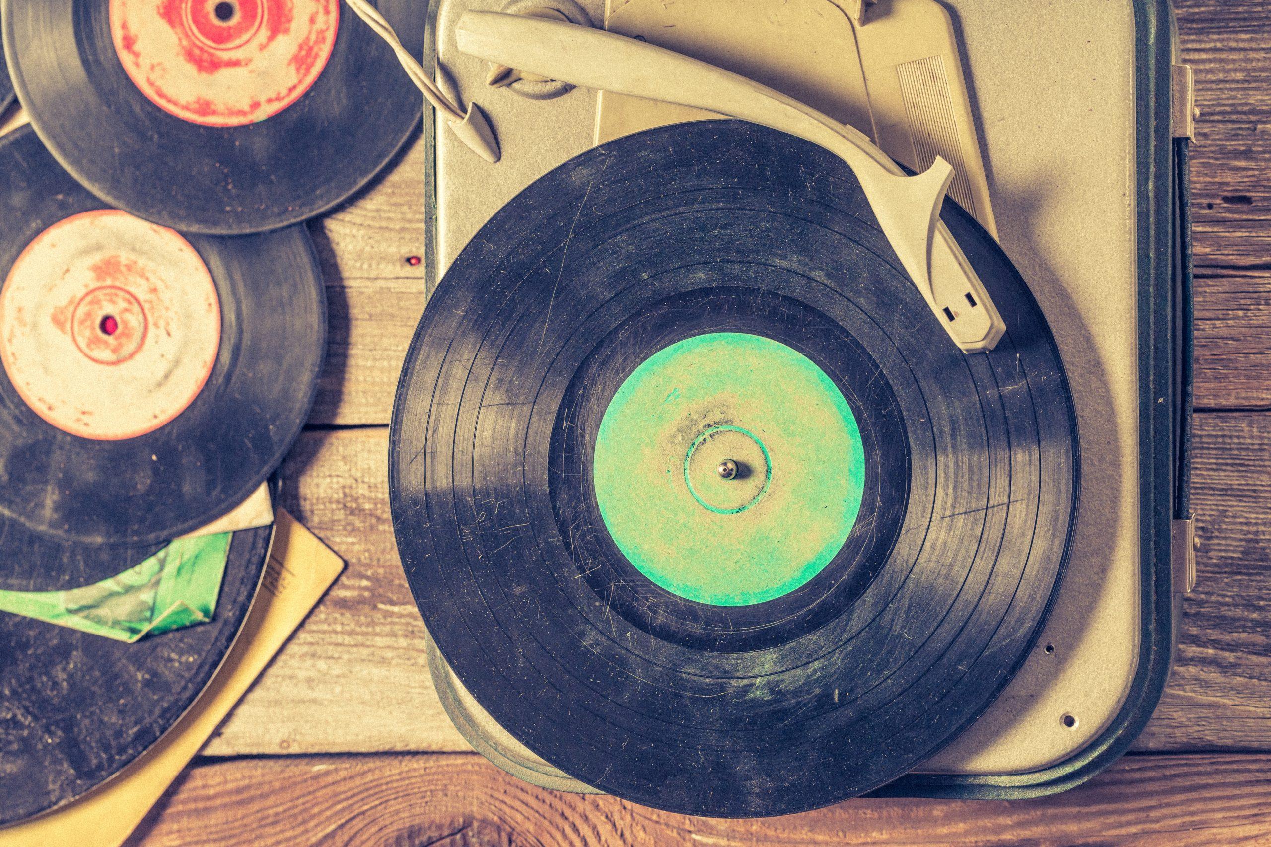 tocadiscos y disco de vinilo