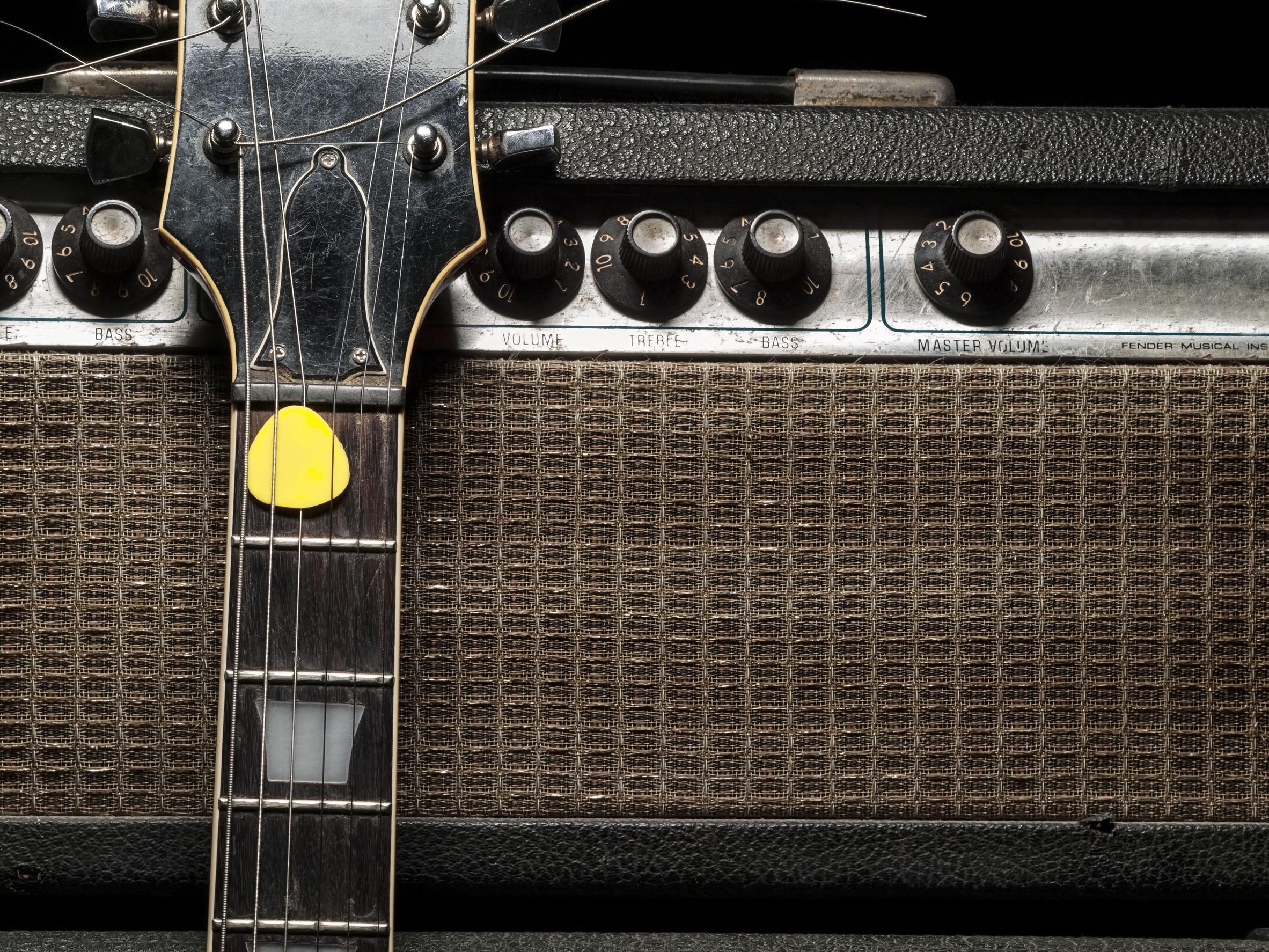 amplificador y guitarra