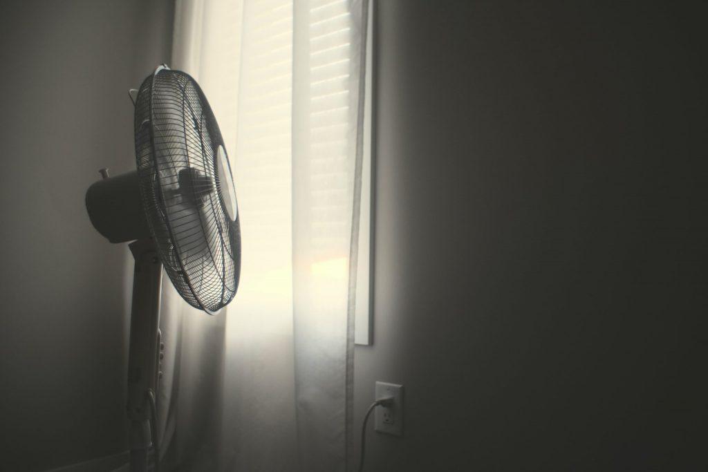 Ventilador en una habitación