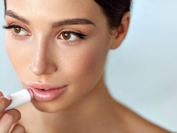 La mayoría de labiales hidratantes mantienen los labios hidratados, pero si tus labios se encuentran ya agrietados o secos, lo más probable es que tengas que utilizar un reparador de labios. (Fuente: Syaidi: 95622080/ 123rf)