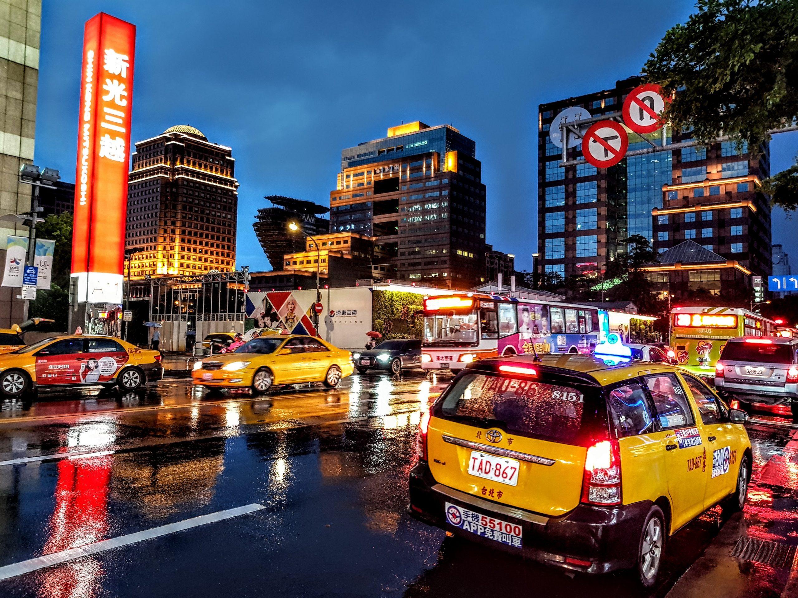 imagenes de coches con pegatinas en ciudad