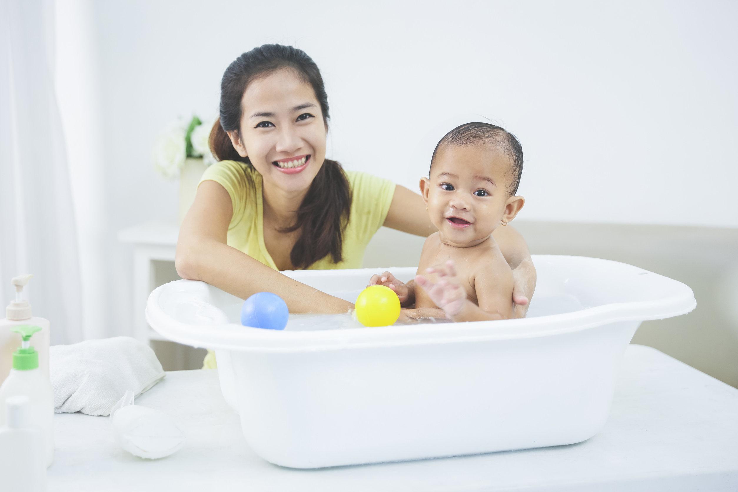 madre en bañera