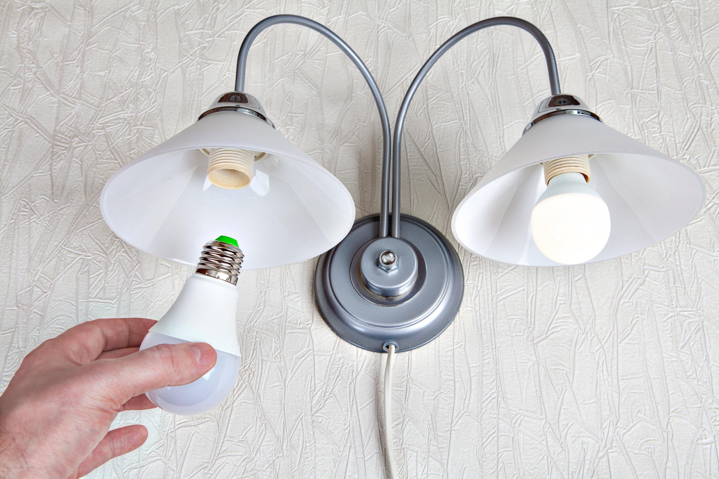 cambiando bombillo de lampara de pared