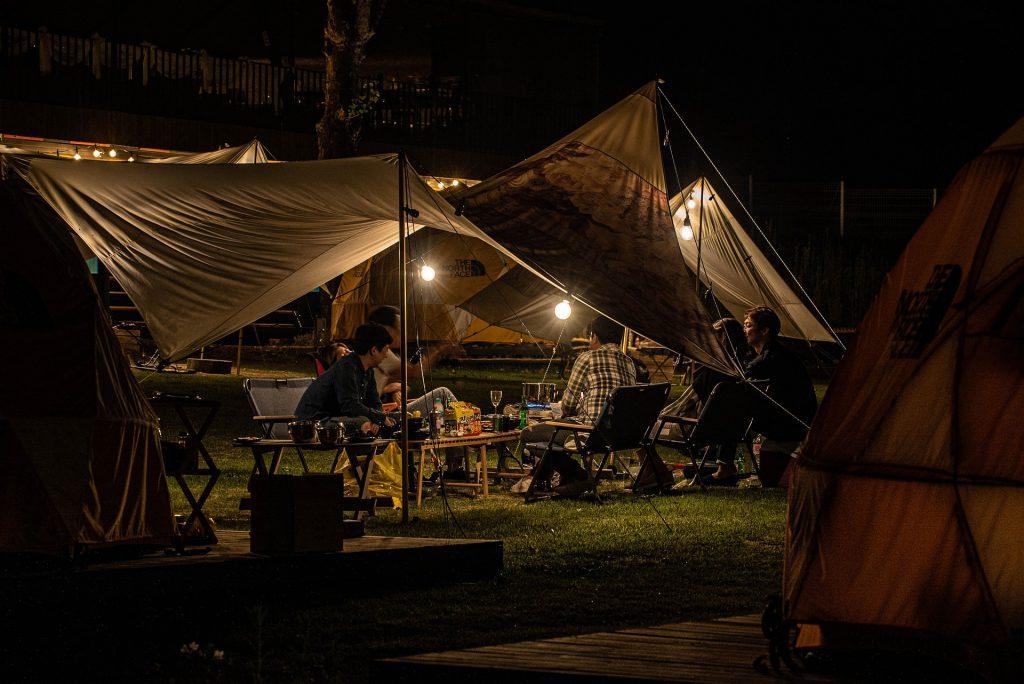 Amigos de acampada por la noche