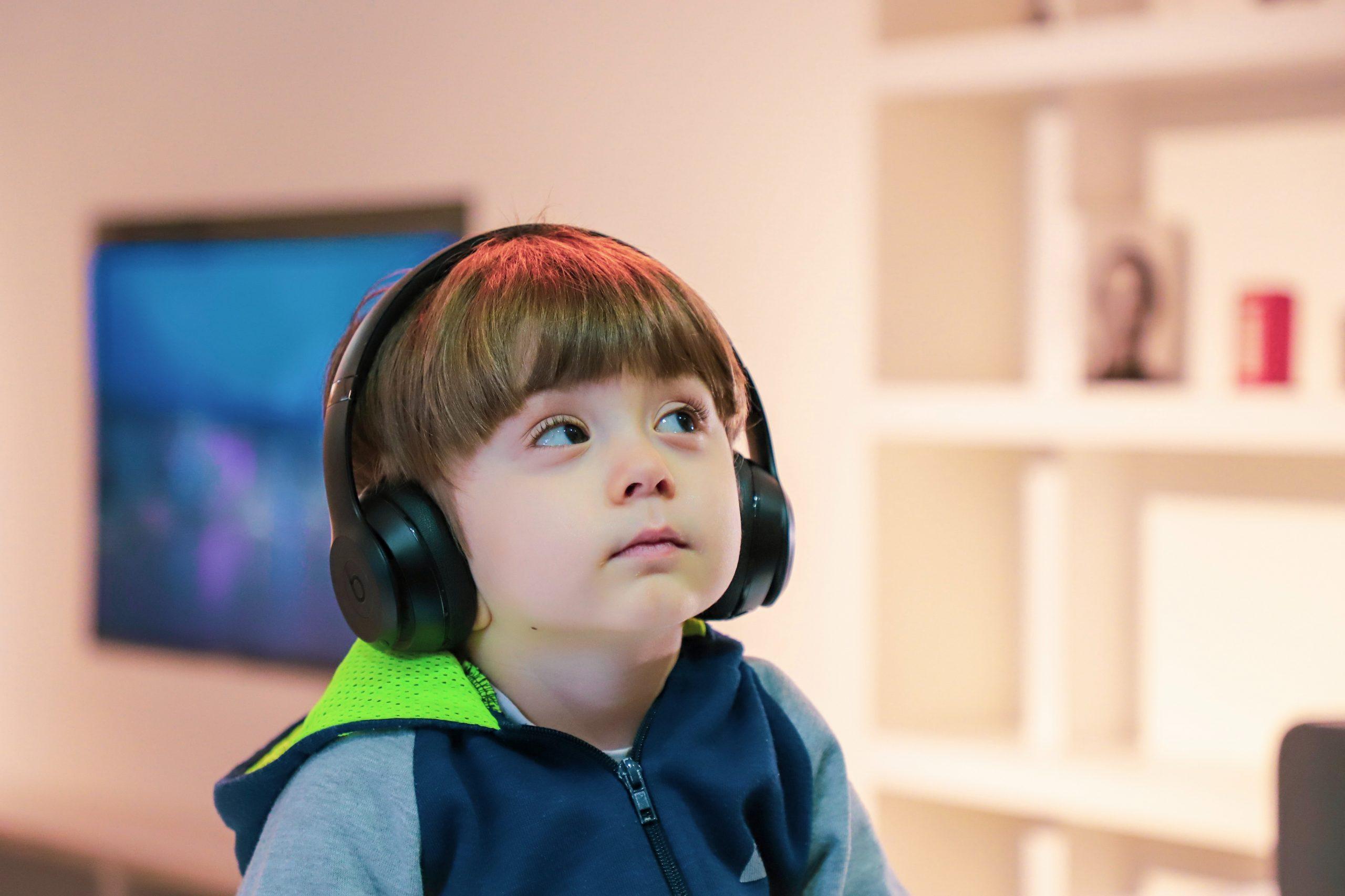 chico con auriculares