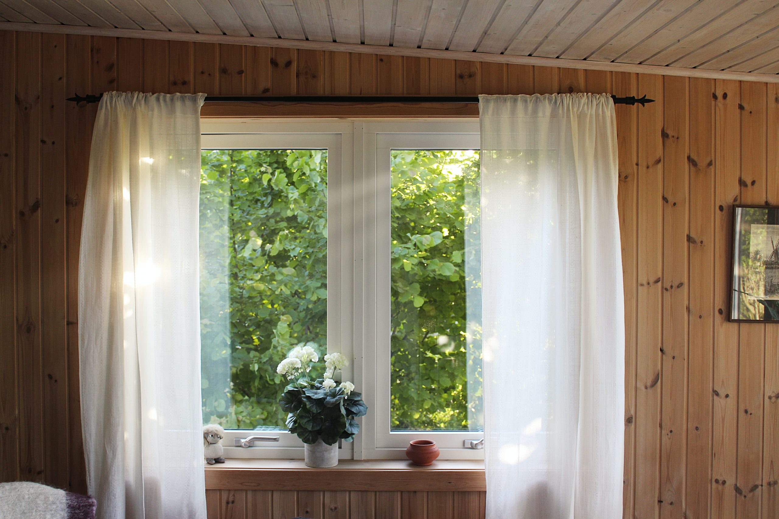 Ventanas de aluminio con cortinas blancas