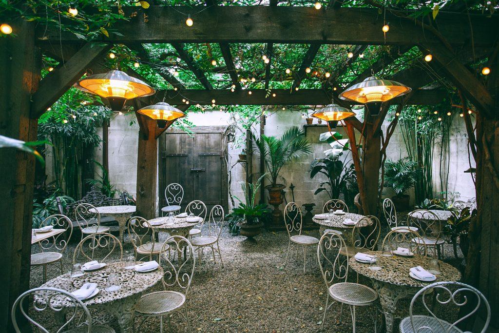 jardin con lamparas de calefacción