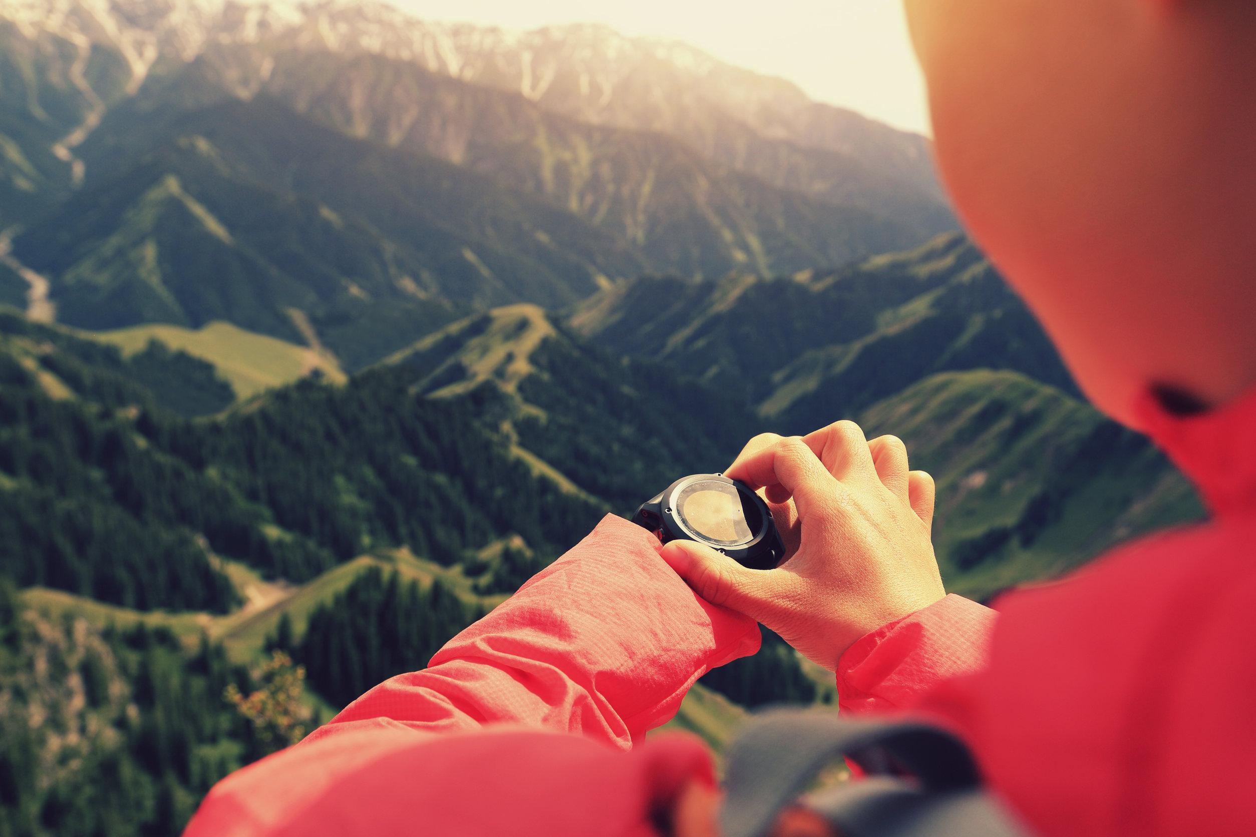 montañista con altimetro