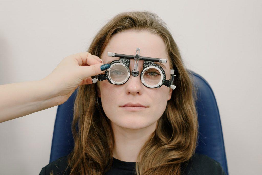 Chica en revisión ocular