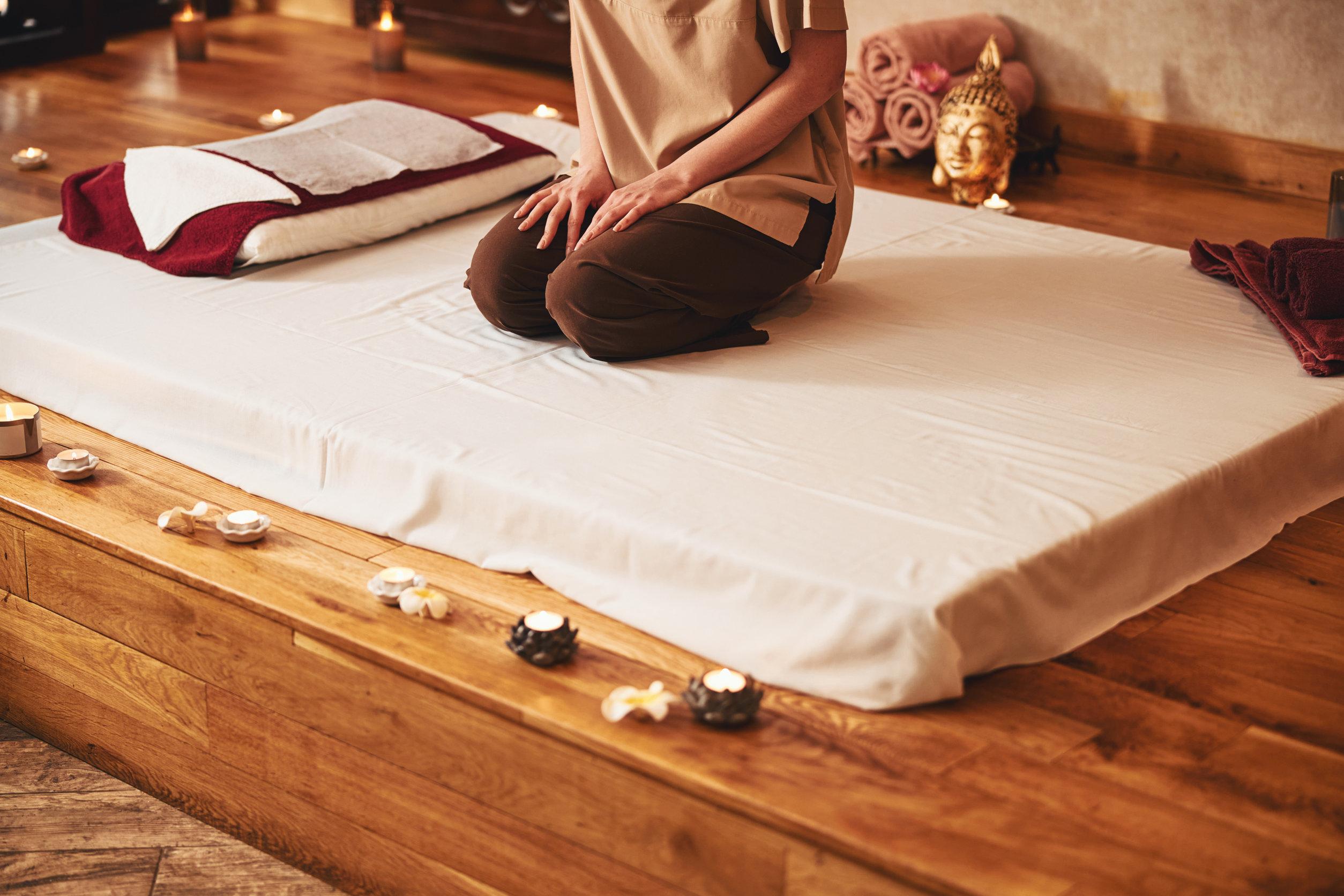 chica meditando en cama